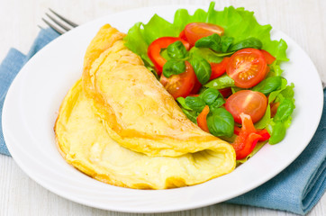 FototapetaOmelet with vegetable salad