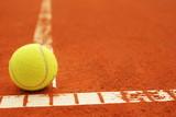 Tennisball auf Linie mit Copyspace
