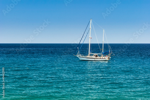 Spoed Foto op Canvas Eiland Sailing yacht on the calm sea