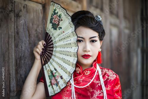 chinska-dziewczyna-w-tradycyjni-chinskie-cheongsam-blogoslawienstwie