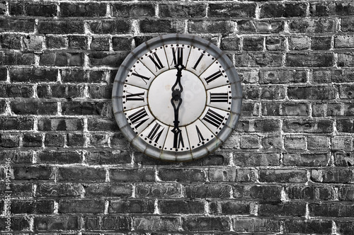 Horloge ancienne, fond mur noir et blanc