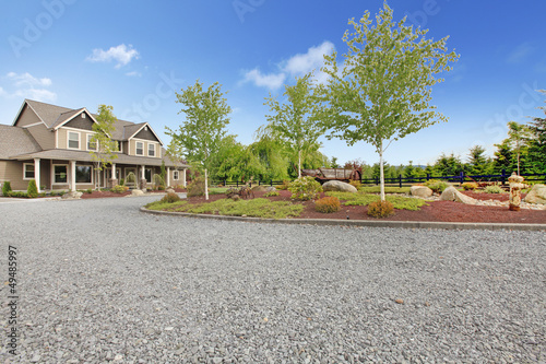 Fotografía  Large farm country house with gravel driveway