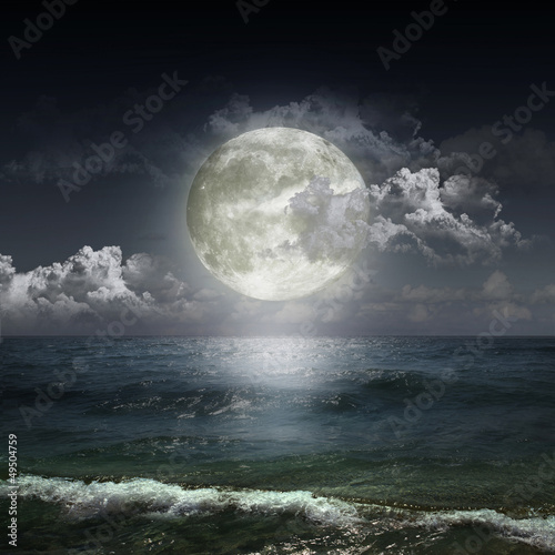 Poster Pleine lune ght cloudy sky with moon
