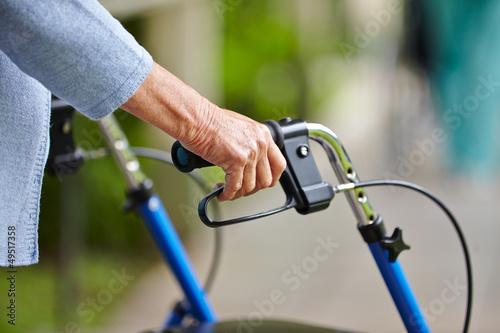 Fotografiet Hände eines Senioren am Rollator