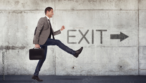 Young businessman going to the exit Fototapete