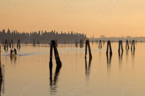Fotografie, Obraz Venice sunset silhouette of sinchronized rowing men