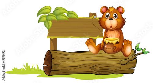 La pose en embrasure Ours A bear sitting on a trunk
