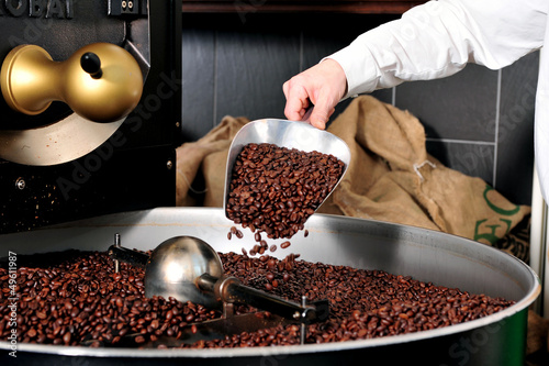 Fotomural  Kaffeerösten - Kaffee auf der Schaufel