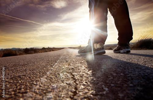 Cuadros en Lienzo hombre en la carretera y puesta de sol