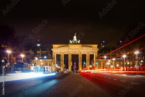 brama-brandenburska-i-ulica-z-17-czerwca-w-nocy-berlin
