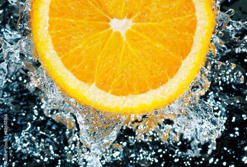 swieza-pomarancza-w-wodzie