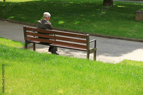 Fotografía  anciano sentado parque 7844f