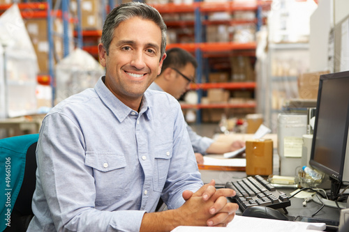 Fotografía  Businessman Working At Desk In Warehouse
