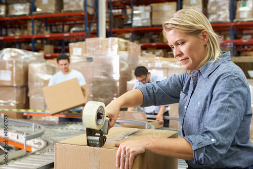 Fotografía Workers In Distribution Warehouse