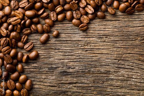 kawowe-fasole-na-rocznika-drewnianym-bac