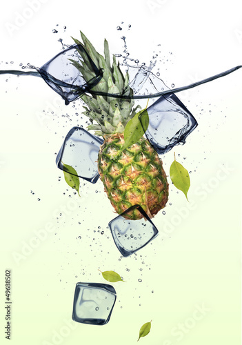 Poster Dans la glace Pine-apple with ice cubes