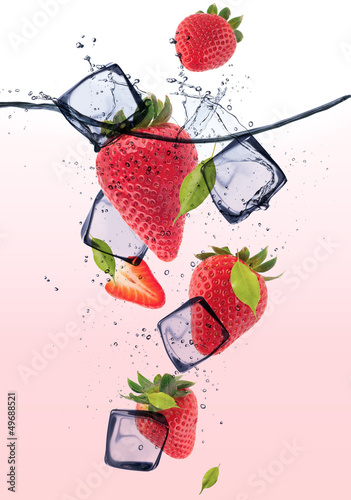 Poster Dans la glace STrawberries with ice cubes