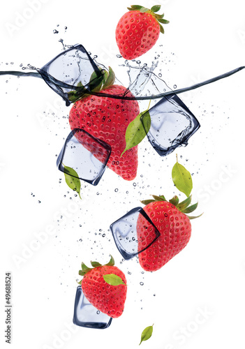 Poster Dans la glace Strawberries with ice cubes, isolated on white background