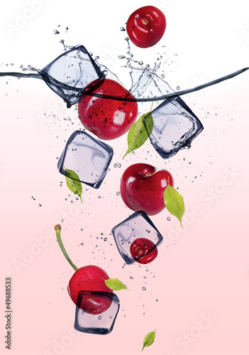 Foto auf Leinwand In dem Eis Fresh cherries with ice cubes