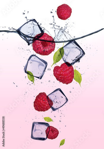 Poster Dans la glace Raspberries with ice cubes