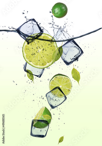 Foto op Canvas Opspattend water Limes with ice cubes