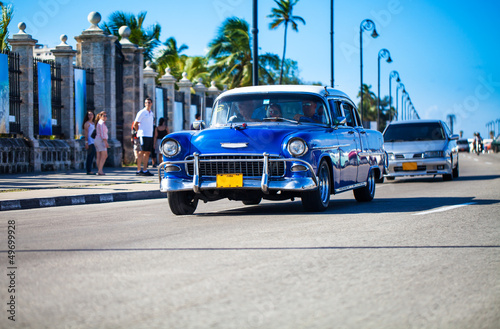 Photo Stands Old cars Fahrender Oldtimer auf der Promenade in Kavanna Kuba