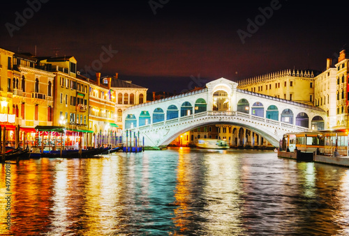 Photo Stands Venice Rialto Bridge (Ponte Di Rialto) in Venice, Italy