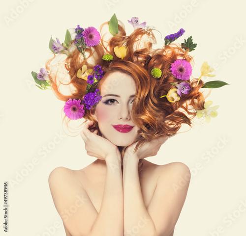 Naklejka premium Piękna rudzielec dziewczyna z kwiatami odizolowywającymi.