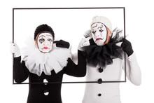 Zwei Clowns Im Rahmen Halten Sich Gegenseitig Die Ohren Zu