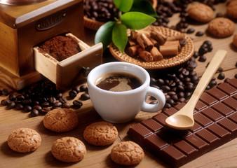 Fototapetatazza di caffè espresso con macinino in legno