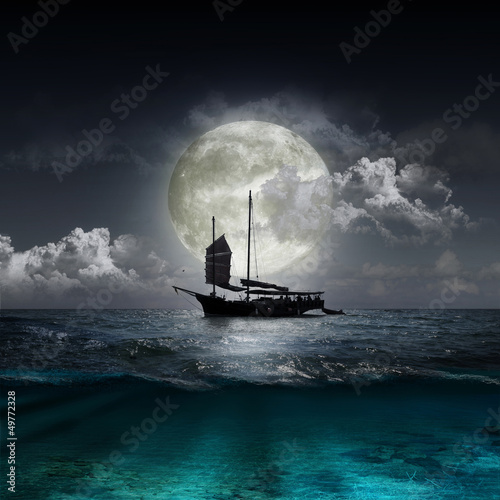 In de dag Volle maan moon reflecting in a lake