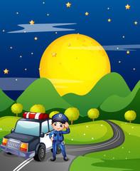Policajac s policijskim automobilom na cesti