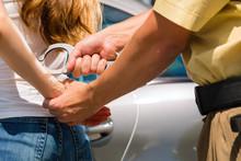 Festnahme - Polizei Oder Polizeibeamter Nimmt Person Fest