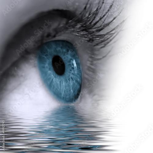 Auge im Wasser gespiegelt
