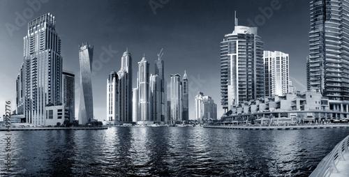 widok-na-wiezowce-i-drapacze-chmur-w-dubaju-zjednoczone-emiraty-arabskie