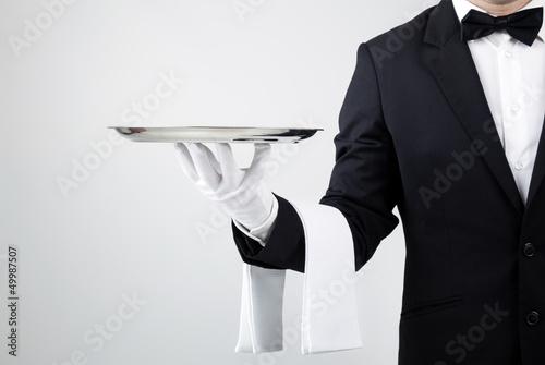 kelner-gospodarstwa-puste-srebrna-taca-na-szarym-tle