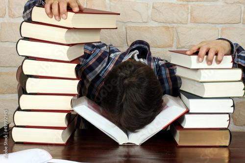 Photo Mann vor Erschöpfung eingeschlafen, Bücher