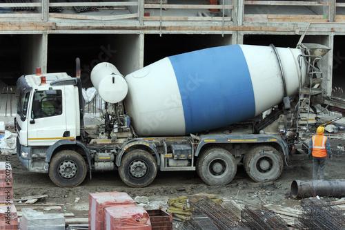 Fotografija  Cement mixer truck at work