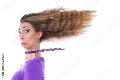 Photo  Trauriges Mädchen mit wehenden Haaren isoliert in Lila