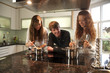junge Leute beim Kochen