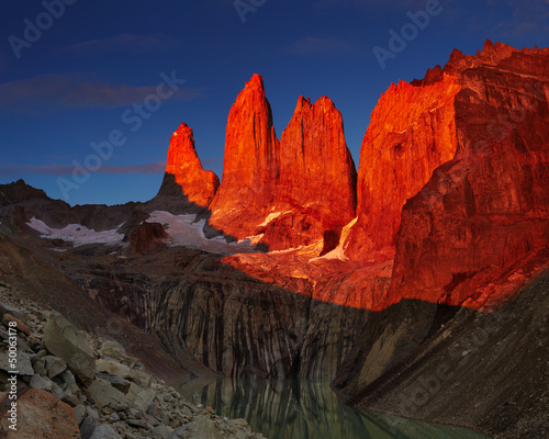 Poster Marron chocolat Torres del paine at sunrise
