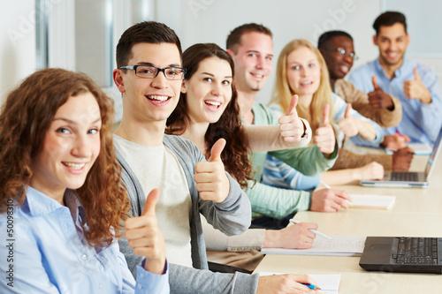 Photo Viele Studenten halten Daumen hoch
