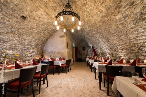 romantyczny-arch-stonewall-w-pokoju-rycerza-ze-stolikami