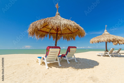Cadres-photo bureau Tunisie Tropical beach scenery with parasol and deck chairs in Thailand