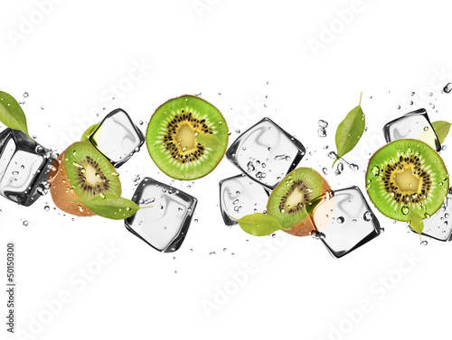 Foto auf Leinwand In dem Eis Kiwi slices with ice cubes, isolated on white background