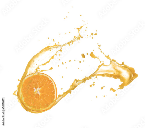 Eclaboussures d eau Orange slice in juice splash, isolated on white background