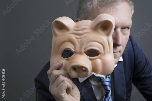 mann mit schwein maske Fototapeta