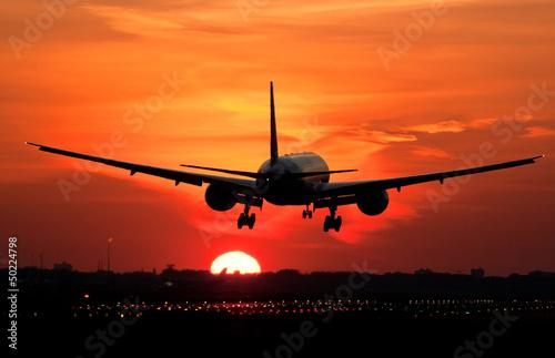 ladowanie-samolotu-w-wschodzie-slonca