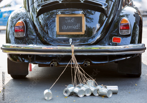 Foto auf AluDibond Oldtimer Rear view of a vintage car with just married sign and cans attac