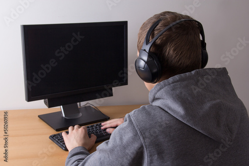 Photo  young man using a computer and listening music